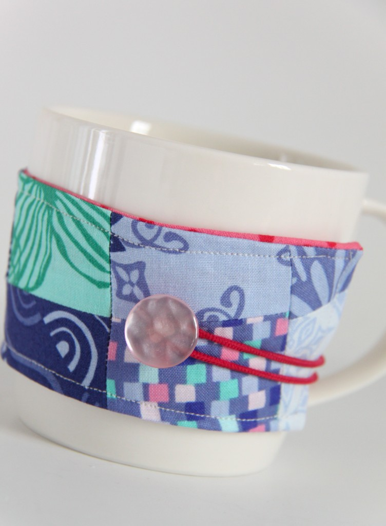 This is so cute! I love this Coffee Koozie and it's a FREE pattern and tutorial from Fat Quarter Shop
