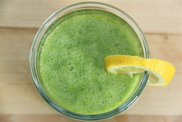 How to make and Energizing Green Smoothie that tastes great // SmashedPeasandCarrots.com
