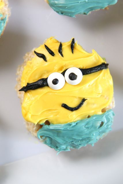 Super cute Minions Backyard Bash // SmashedPeasandCarrots.com