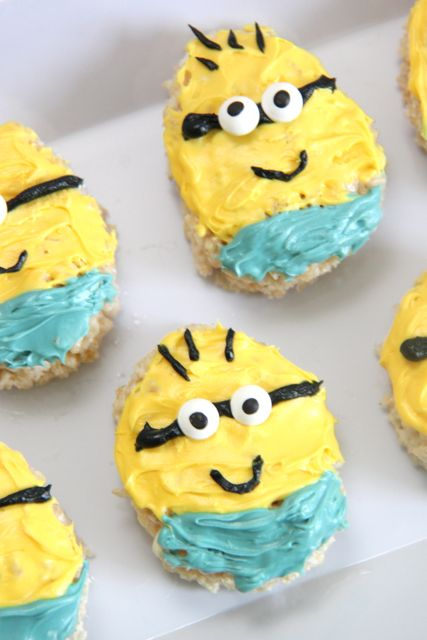How to Make Minions Rice Krispie Treats. These are too cute!!! // SmashedPeasandCarrots.com