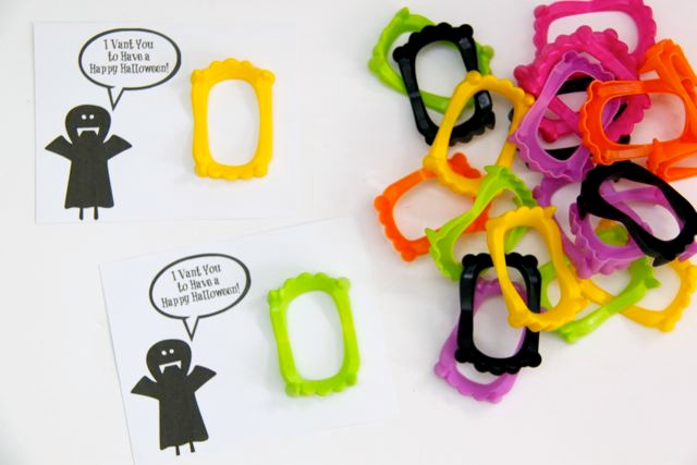 Super Cute Trick or Treat Plastic Fangs Treat with FREE Printable! // SmashedPeasandCarrots.com