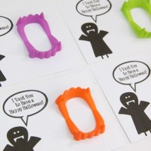Trick or Treat: Plastic Fangs Treat and FREE Printable!