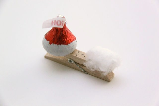 Hershey's Kisses Santa Clothespins Craft Idea // SmashedPeasandCarrots.com
