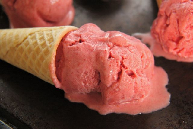 No Churn Dairy Free Strawberry Ice Cream // SmashedPeasandCarrots.com
