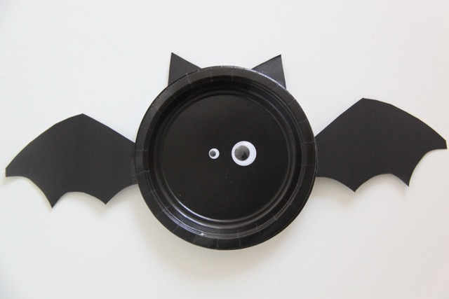 Easy Paper Plate Vampire Bats // SmashedPeasandCarrots.com