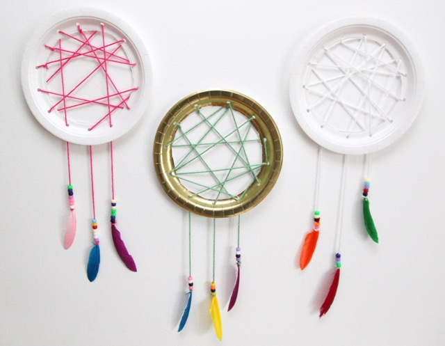 http://smashedpeasandcarrots.com/wp-content/uploads/2016/12/Easy-Paper-Plate-Dream-Catchers11.jpg